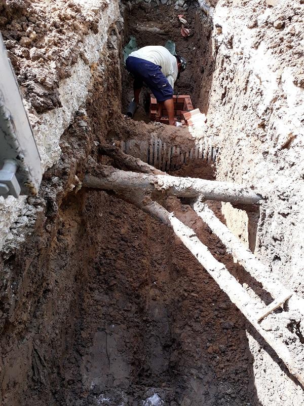 Đào hố chôn cột chắn xe