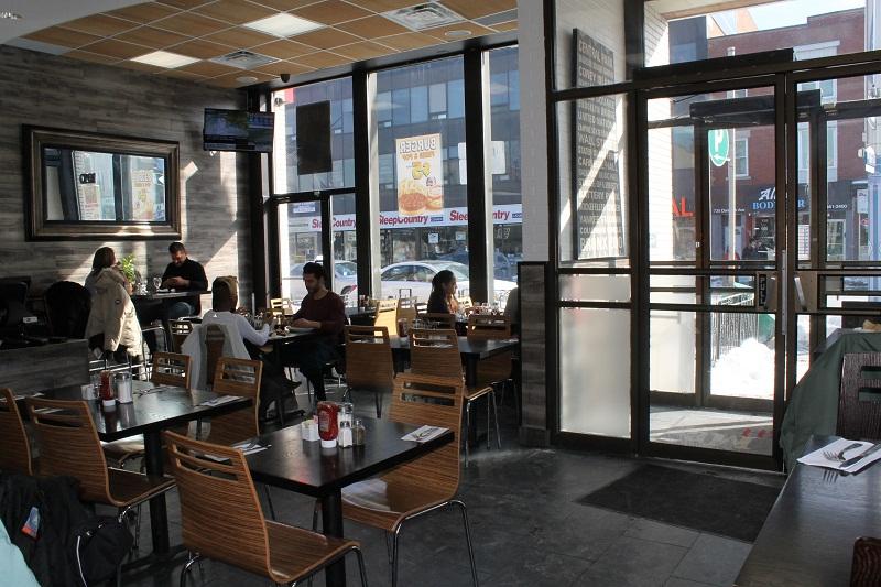 Cửa tự đóng mở quán cafe thanh lịch