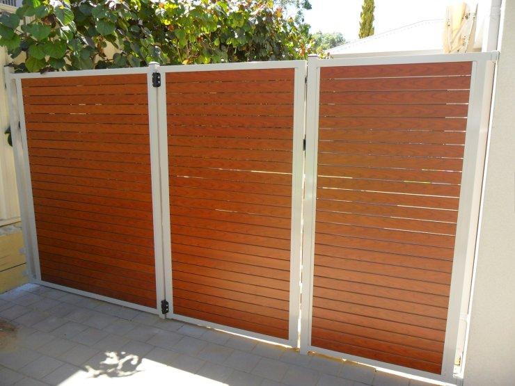 Mẫu cổng mở 3 cánh bằng gỗ